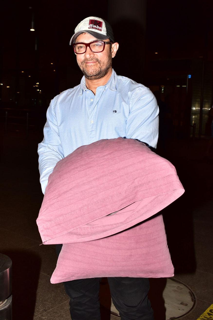 पुन्हा एकदा आमिर खान त्याची गुलाबी उशी घेऊन एअरपोर्टवर दिसला. आतापर्यंत अनेकदा त्याला या उशीसोबतच एअरपोर्टच्या बाहेर पडताना पाहण्यात आले आहे.