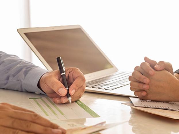 बॅलन्स ट्रान्सफर करण्यापूर्वी त्यासाठी येणाऱ्या खर्चाची माहिती घ्या. रिझर्व बँकेच्या नियमांनुसार कोणतीही वित्त संस्था फ्लोटिंग व्याजदरावर कोणत्याही प्रकारचा फोरक्लोजर आकारला जात नाही.