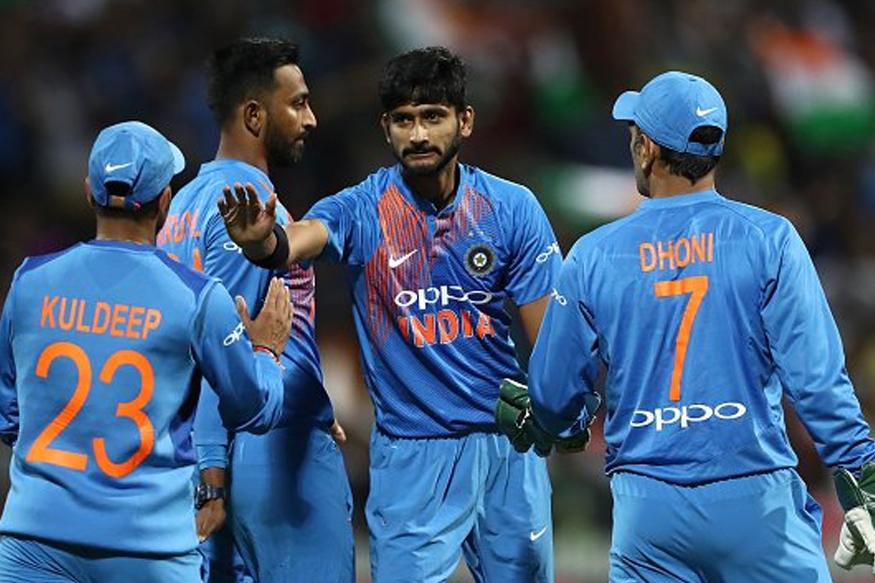 भारताचा माजी कर्णधार आणि यष्टीरक्षक महेंद्रसिंग धोनीने देखील असा प्रयोग अनेकदा केला आहे. त्याने भारतीय संघात आणि चेन्नईकडून खेळताना आर अश्विनला पहिलं षटक टाकण्यासाठी दिलं होतं.