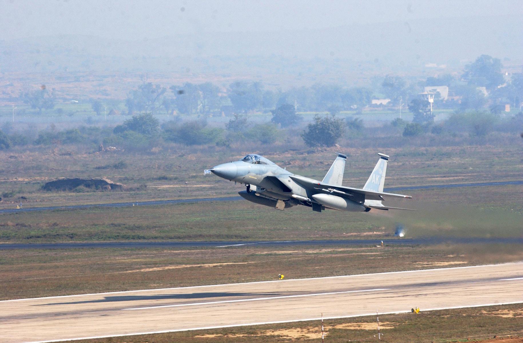 मध्य प्रदेशात ग्वाल्हेरच्या जवळ महाराजपुरा इथे वायुदलाचा तळ आहे. या एअरफोर्स बेसवरून मिराज2000 विमानांनी पाकिस्तानच्या दिशेनं उड्डाण केलं.