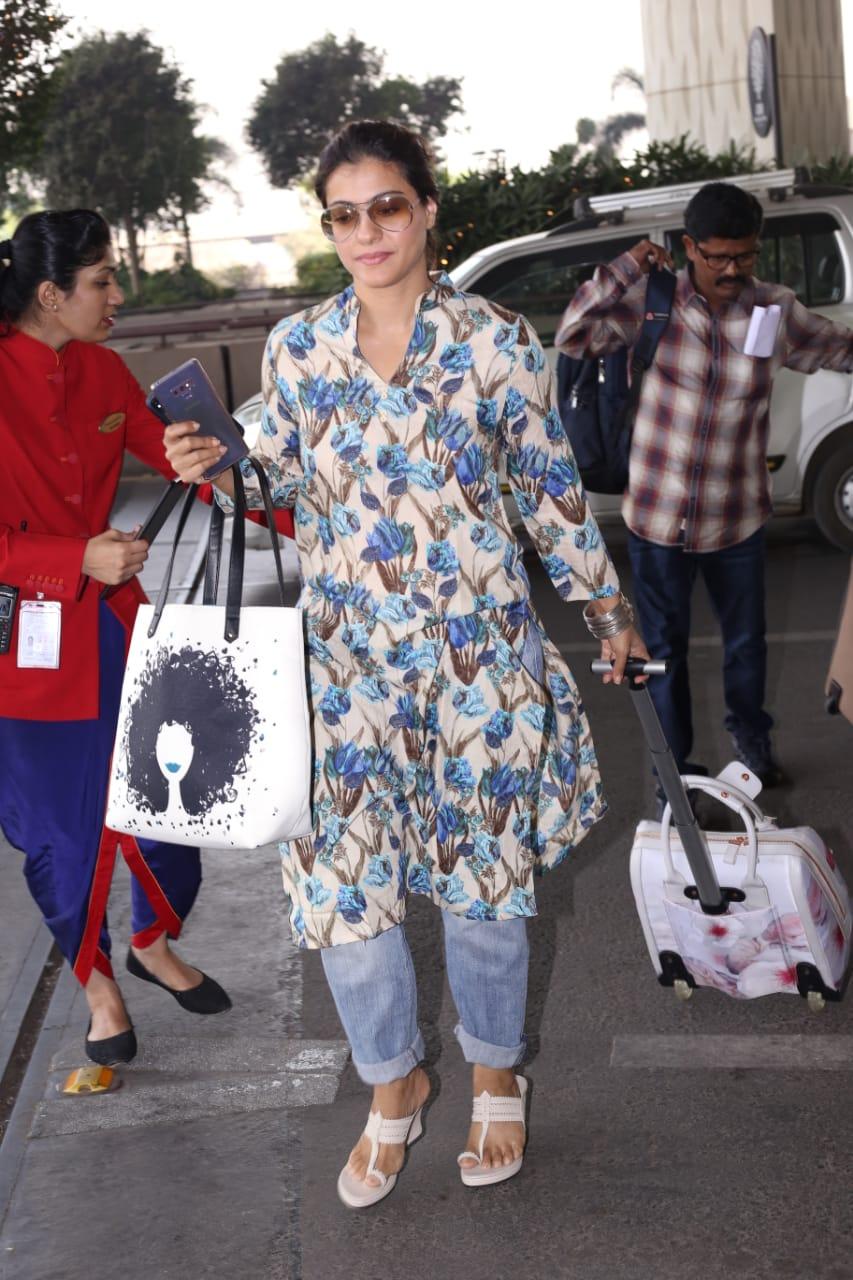 अभिनेत्री काजोलही एअरपोर्टवर दिसली. यावेळी काजोल फार साध्या लूकमध्ये दिसली.