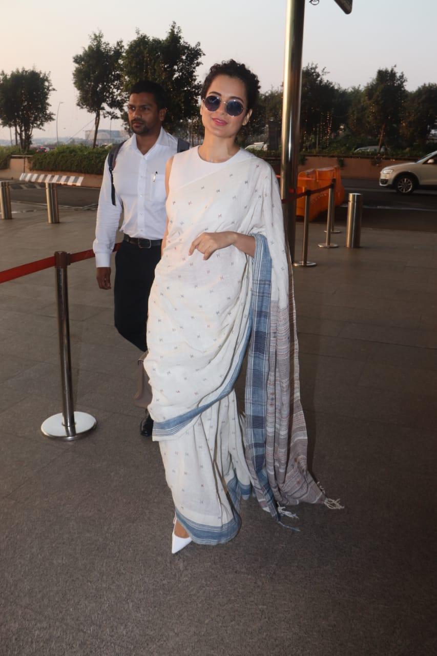 अभिनेत्री कंगना रणौतही एअरपोर्टवर दिसली. यावेळी तिने पांढऱ्या रंगाची साडी नेसली होती. या साडीत ती फार सुंदर दिसत होती.