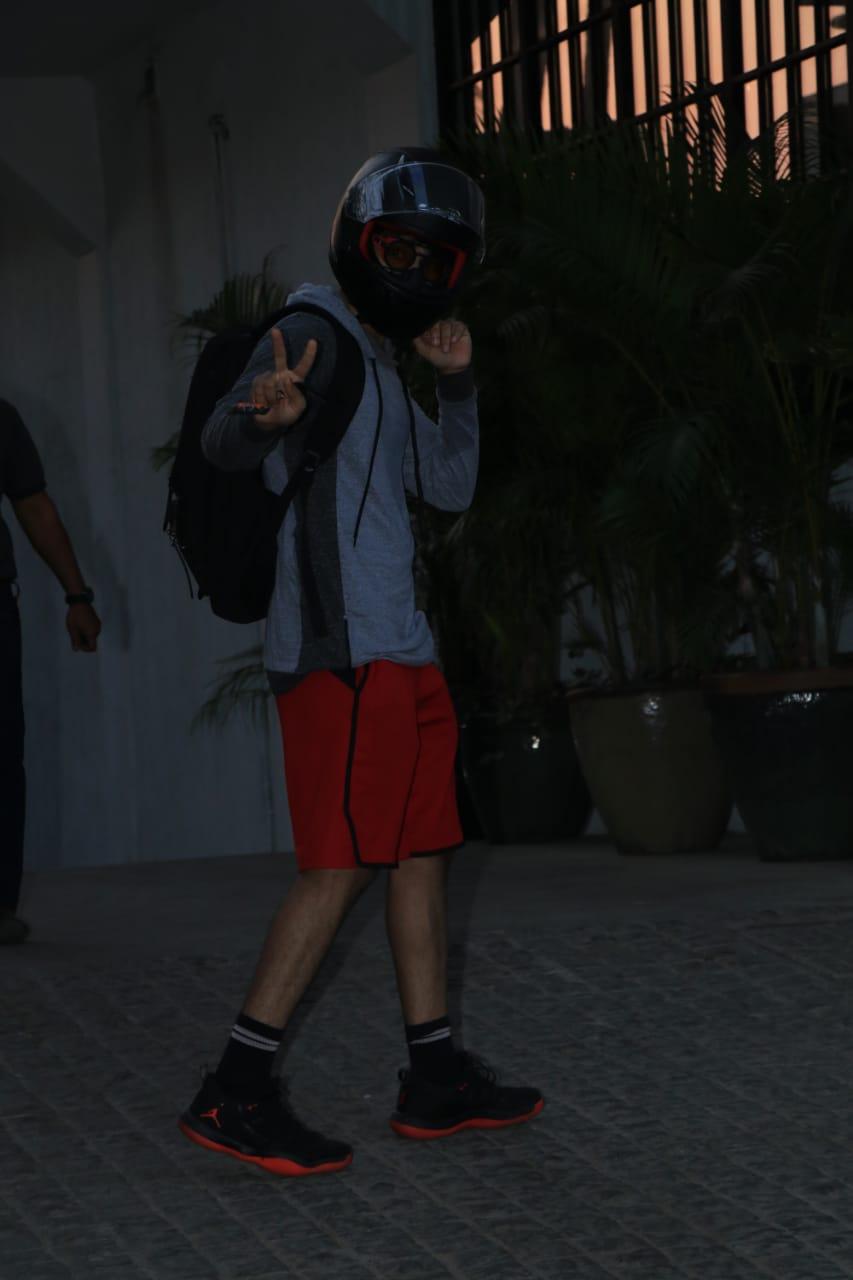 अभिनेता शाहिद कपूरचा भाऊ ईशान खट्टरही मुंबईत दिसला. यावेळी त्याने प्रसारमाध्यमांना हेल्मेट घालूनच फोटो काढू दिले.