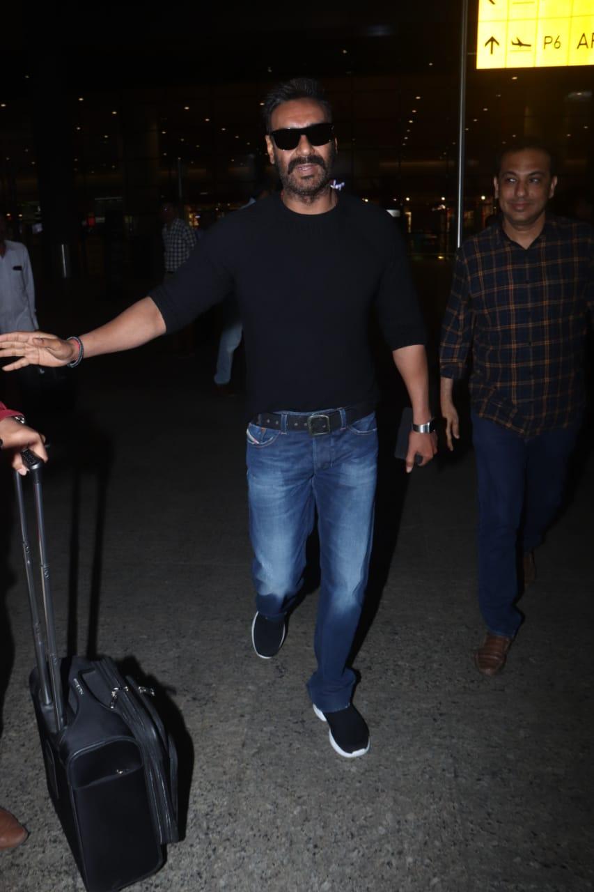 यावेळी अजय देवगणही एअरपोर्टवर दिसला. सध्या अजय देवगण त्याच्या टोटल धमाल सिनेमाच्या प्रमोशनमध्ये व्यग्र आहे.