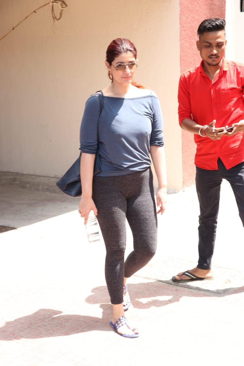 बॉलिवूड अभिनेत्री ट्विंकल खन्नाही मुंबईत साध्या आणि आकर्षक अंदाजात दिसली.