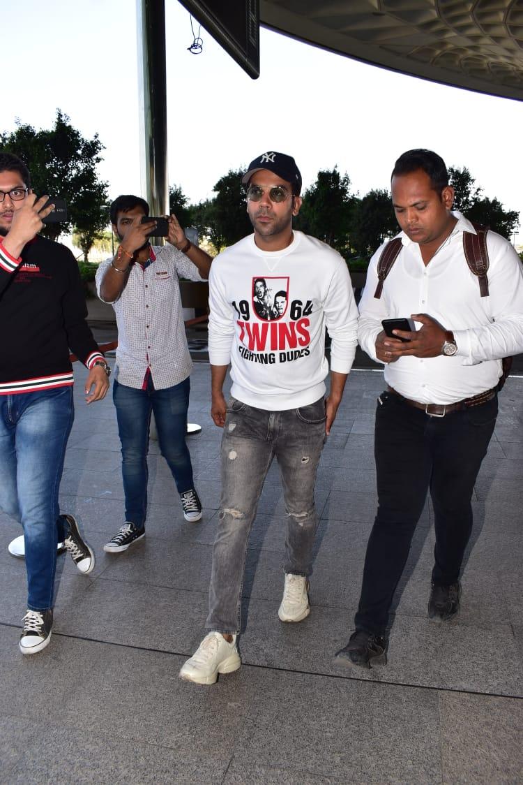 अभिनेता राजकुमार राव मुंबई एअरपोर्टवर चाहत्यांच्या गराड्यात दिसला.