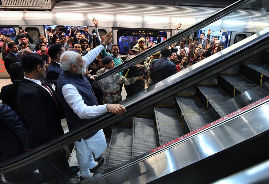 दिल्लीच्या इस्कॉन मंदिरात गीता आराधना महोत्सवाचं आयोजन करण्यात आलं आहे. त्याला भेट देण्यासाठी नरेंद्र मोदी गेले होते.
