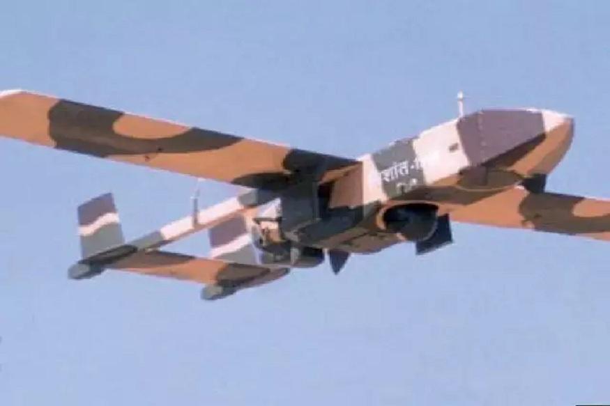 निशांत - हा ड्रोन शत्रूंच्या गुप्त हरकती मिळवू शकतं. हे हवेत 4 तास 30 मिनिटं उडू शकतं.