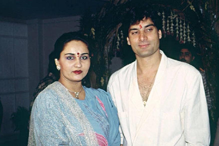 80च्या दशकात रीना राॅय आणि मोहसीन खाननं लग्न केलं होतं. त्यावेळी रीनाचं सिनेमातलं करियर खूप चांगलं चाललेलं. लग्नानंतर ती पाकिस्तानात गेली. पण बाॅलिवूडमध्ये काम करण्याची इच्छा तिला गप्प बसवेना. म्हणून ती भारतात परतली. तिच्यासोबत मोहसीनही आला. दोघांनी सिनेमात काम सुरू केलं. पण मोहसीन चालला नाही. दोन्ही देशांतल्या तणावामुळे दोघांना घटस्फोट घ्यावा लागला.