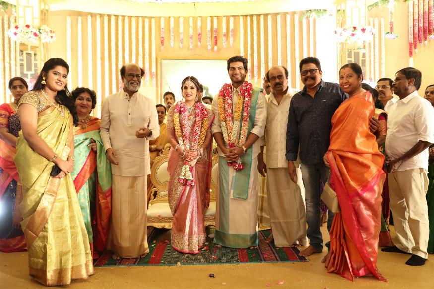 फिल्ममेकर केएस रवीकुमार सहकुटुंब वधू- वरांसोबत फोटो काढताना. (छाया सौजन्य- स्पेशल अरेंजमेन्ट)
