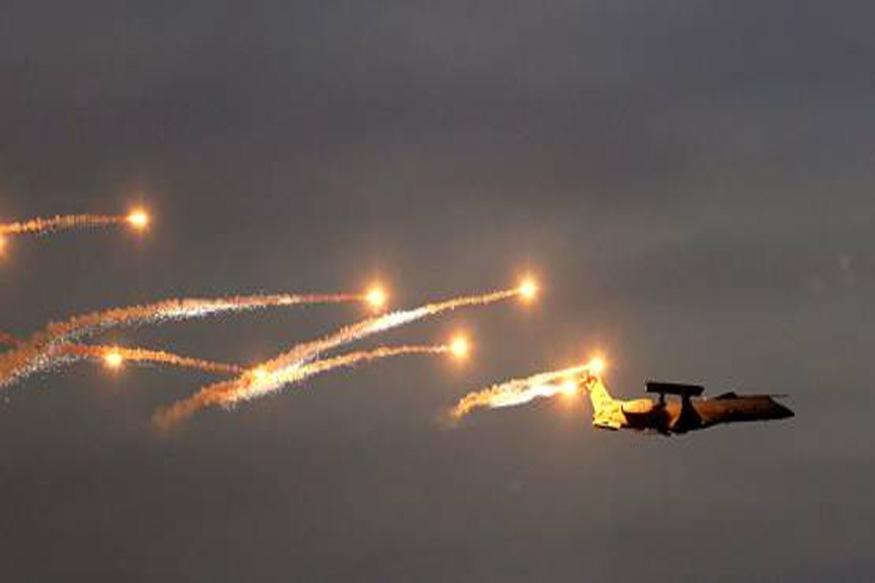 जेव्हा भारताने मिराज २००० जेटने पाकिस्तानात घुसून बॉम्बहल्ला केला. या हल्ल्याच्यावेळी अवॅक्स (AWASCS) सिस्टम रक्षा कवच तयार करण्यात आलं होतं. अवॅक्स म्हणजे Airbone Warning And Control System. या सिस्टीमला विमानात फिट करण्यात येतं. हे सिस्टीम शत्रूंच्या हालचालींवर लक्ष ठेवून असतो आणि वेळीच शत्रूंबद्दल अलर्टही देतो. (फाइल फोटो)
