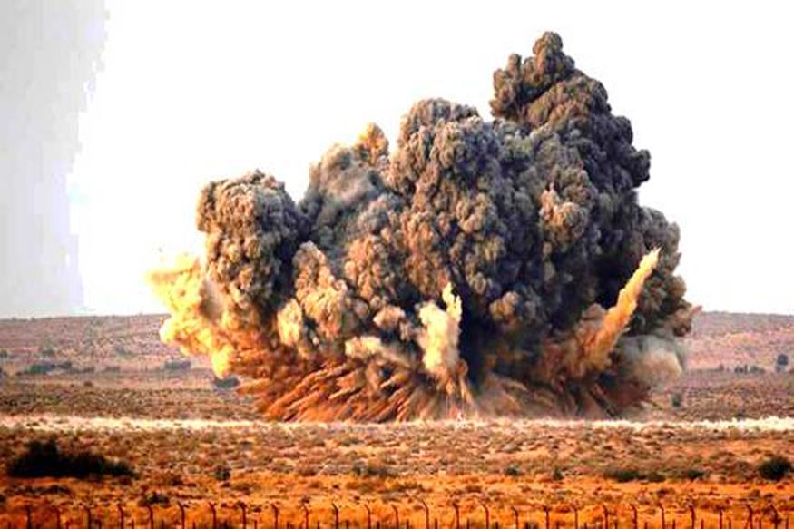 एकाचवेळी हे एअरक्राफ्ट ४ मिका मिसाइल, २ मॅजिक मिसाइल, ३ ड्रॉप टँक्सचा मारा करू शकतं. 'मिराज २०००' मधून लेझर गायडेड बॉम्ब हल्लाही करता येतो. (फाइल फोटो)