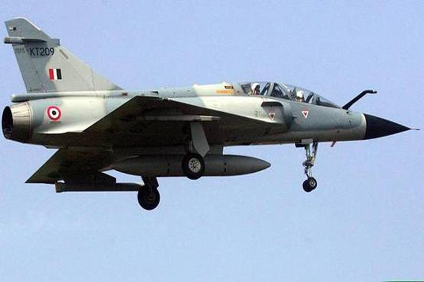 पाकव्याप्त काश्मीरमध्ये दहशवाद्यांच्या तळांवर हल्ला करण्यासाठी भारतीय वायुदलाने मिराज २००० या फायटर जेटचा वापर केला होता. पाकिस्तानावर यावेळी १ हजार किलोंचे बॉम्ब हल्ले करण्यात आले. (फाइल फोटो)