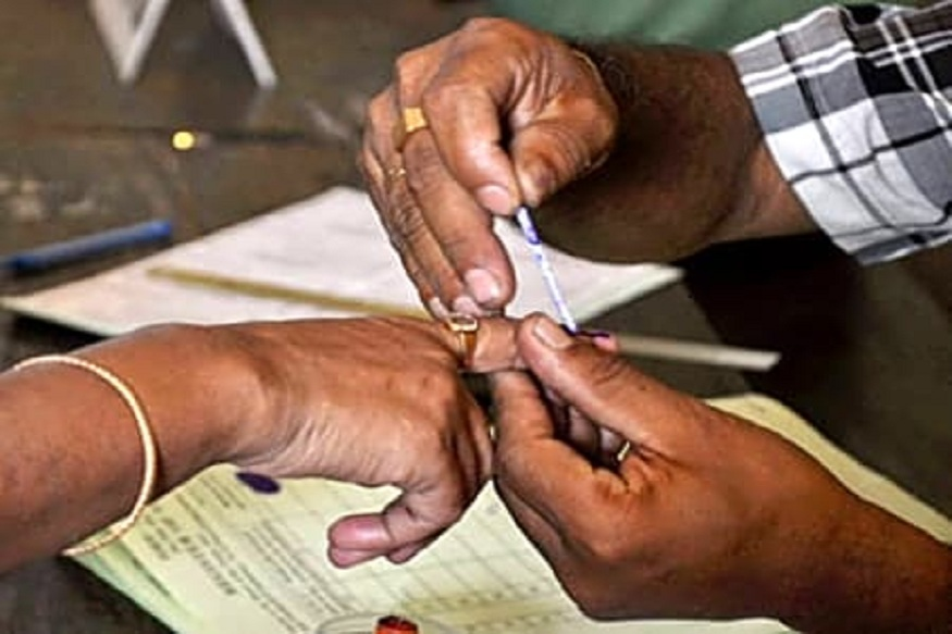 57 टक्के तरूणांनी आणि 44 टक्के महिलांनी राजकारणात रस असल्याचं मत नोंदवलं. त्यामुळं आश्नासनांची खैरात करताना राजकीय पक्षांना जरा दमानं घ्यावं लागेल.