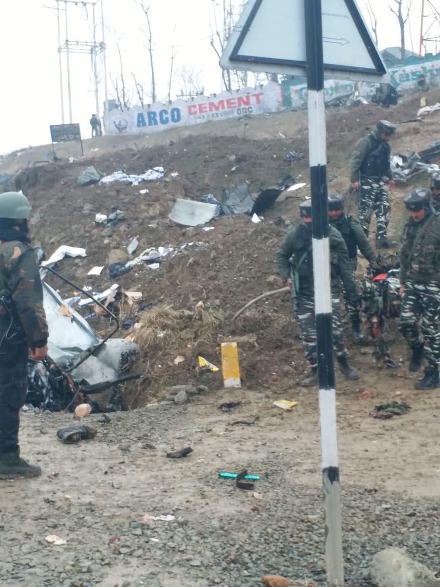 जम्मू- काश्मीर येथील पुलवामामध्ये गुरुवारी दुपारी भारतीय जवानांच्या ताफ्यावर आत्मघातकी हल्ला केला. या हल्ल्यात ४४ जवान शहीद झाले.