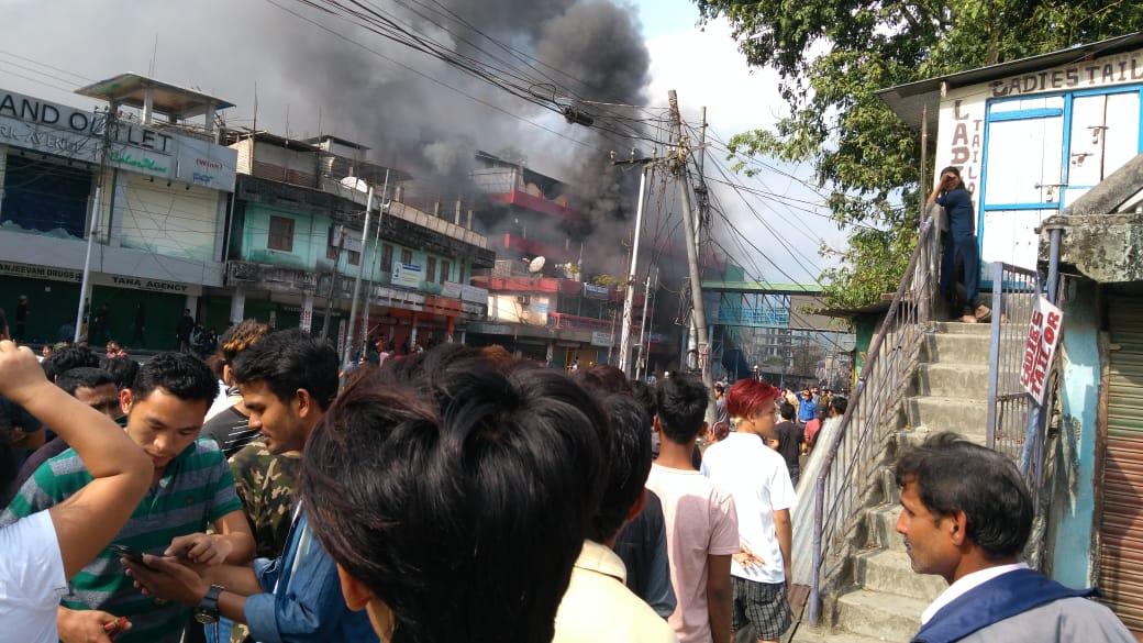 राजधानी इटानगरमध्ये उपमुख्यमंत्री चौने मेन यांचा बंगला संतप्त तरुणांनी फोडला आणि आवारात नासधूस केली.