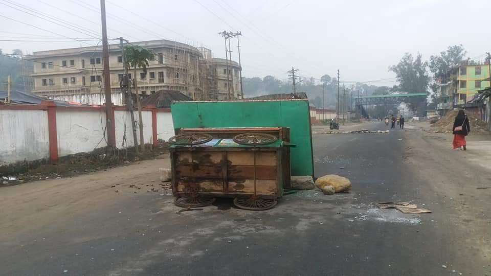 अनेक रस्त्यांवर टायर जाळून टाकण्यात आल्याने काही रस्ते बंद बाहतूकीसाठी बंद झाले होते.