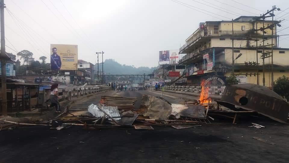 अरुणाचलची राजधानी इटानगरमध्ये सध्या तणाव झाला आहे. मुळचे अरुणाचलचे नागरिक नसलेल्यांना नागरिकत्वाचा अधिकार देणं आणि काही जमातींचा अनुसूचित जातींमध्ये समावेश करणं याला नागरिकांचा विरोध आहे.
