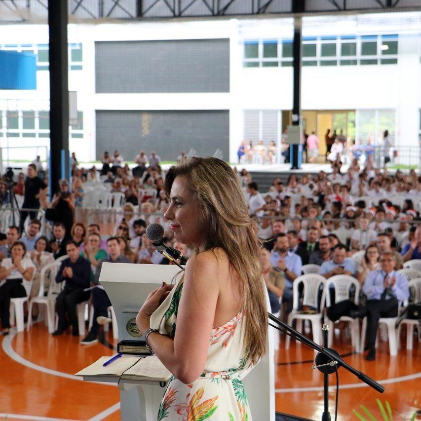 पण निवडणुकीनंतर ऍना पॉला हा संसदेत लो-कट ड्रेस घालून आल्या. त्यांच्या ड्रेसमुळे त्यांना सोशल मीडियावर ट्रोल करण्यात आलं आहे.