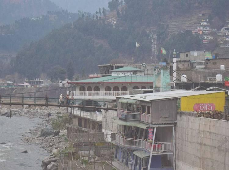 पाकिस्तानानं घाबरून सीमेवर कारवाया सुरू केल्यात. त्यांनी सर्व आंतरराष्ट्रीय विमानसेवा बंद ठेवल्यात.