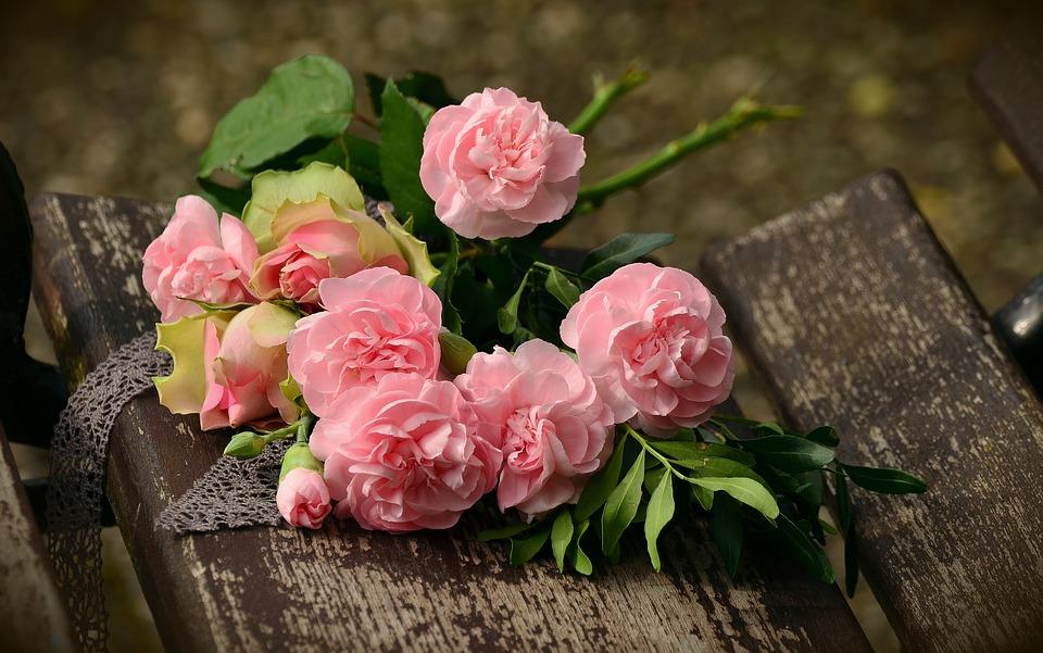 चार गुलाब गिफ्ट देणारी व्यक्ती सांगत असते की आपल्या प्रेमाच्या मधे कोणी येणार नाही.