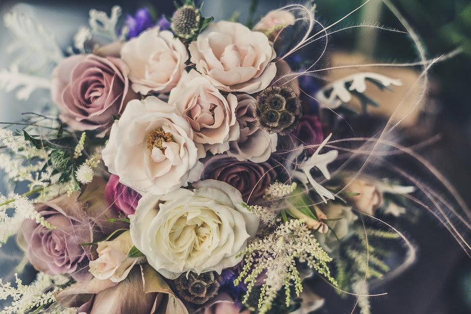 कोणाच्या प्रेमात तुम्ही पूर्णपणे अडकला आहात तर तुम्ही दोन गुलाब भेट द्याल.