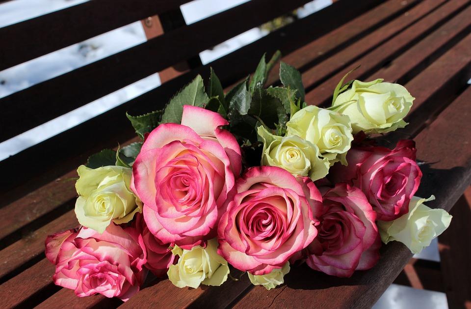 पाच गुलाबांची भेट म्हणजे मला तुझी काळजी वाटते.