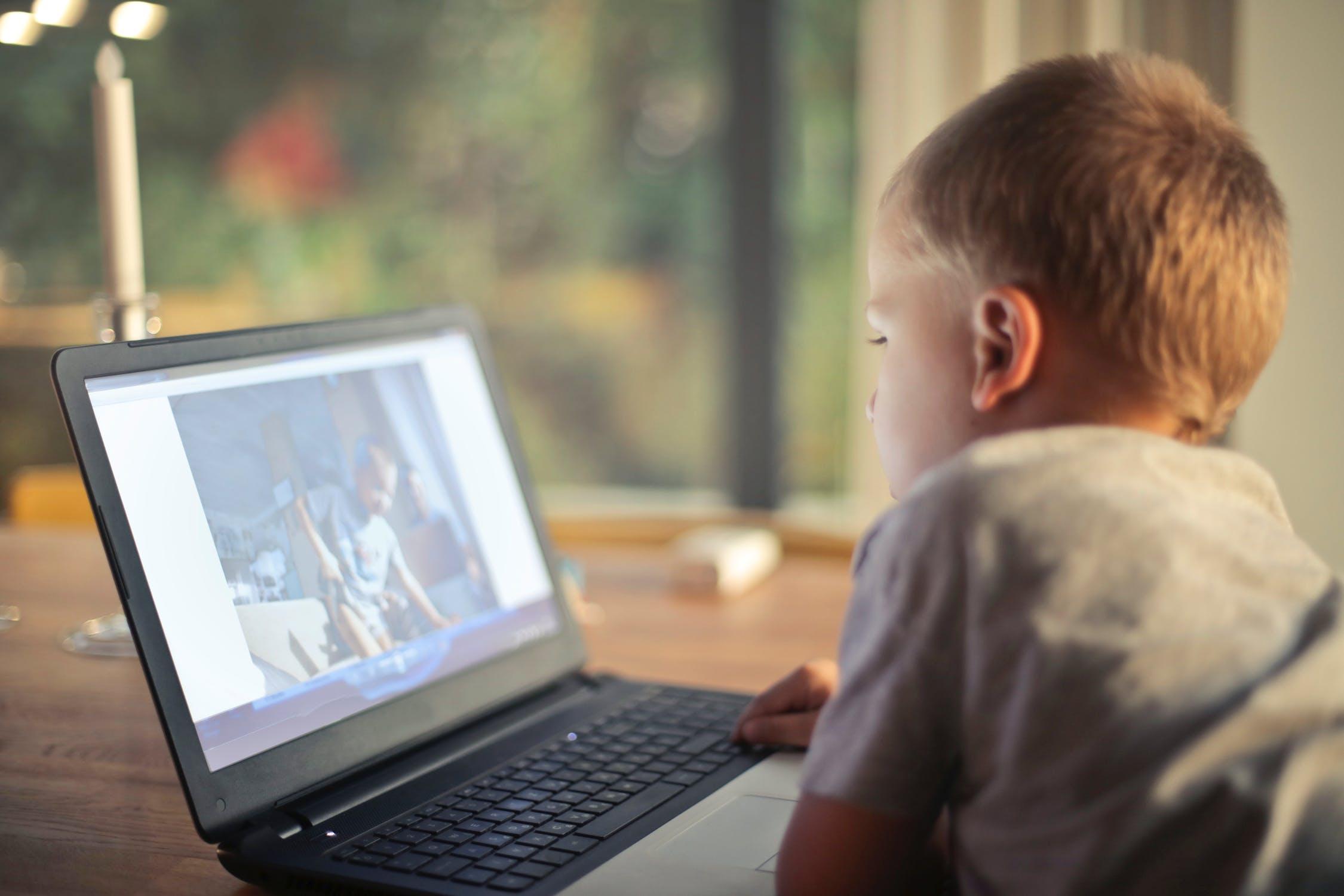 तुमचं मूल पाॅर्न साइट बघत असेल तर त्याला रियल आणि अनरियलमधला फरक सांगा. ही साइट बघणं कसं चुकीचं आहे हे समजावून सांगा.