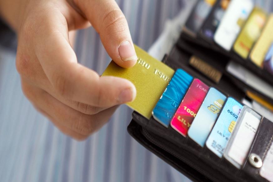 इंडसइंड बँकेच्या वेबसाईटवर गेल्यानंतर तुम्हाला याबाबतची अधिक माहिती मिळेल. बँकेनं डायनामिक्स इंकच्या साथीनं या कार्डची निर्मिती केली आहे. ज्याचं मुख्यालय अमेरिकेतील पिटरबर्ग येथे आहे. डायनामिक्स इंक कंपनी या कार्डची डिजाईन आणि कार्ड तयार देखील करते.