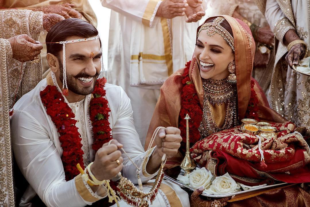 दीपिका पदुकोण- बॉलिवूडची पद्मावत म्हणजे दीपिका पदुकोणने अभिनेता रणवीर सिंगशी गेल्यावर्षी नोव्हेंबरमध्ये इटलीत लग्न केलं. लग्नानंतर दोघांनी बंगळुरू मुंबई आणि दिल्लीमध्ये ग्रँड रिसेप्शन ठेवलं होतं. दोघांची पहिली भेट २०१३ मध्ये गोलियों की रासलीला- रामलीला सिनेमाच्या सेटवर झाली होती. लग्नानंतरचा दोघांचा हा पहिला व्हॅलेंटाइन डे आहे.