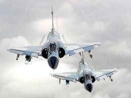 F-16 विमानं कुठल्याही हवामानात उडू शकतात आणि दृश्यक्षमता 360 अंशांएवढी आहे, ती इतर कुठल्याही लढाऊ विमानांपेक्षा जास्त आहे. तर मिराज2000 लेसर गायडेड बाँबसाठी आदर्श लढाऊ विमान आहे. म्हणूनच भारताने लक्ष्यभेद करण्यासाठी मिराजचा वापर केला.