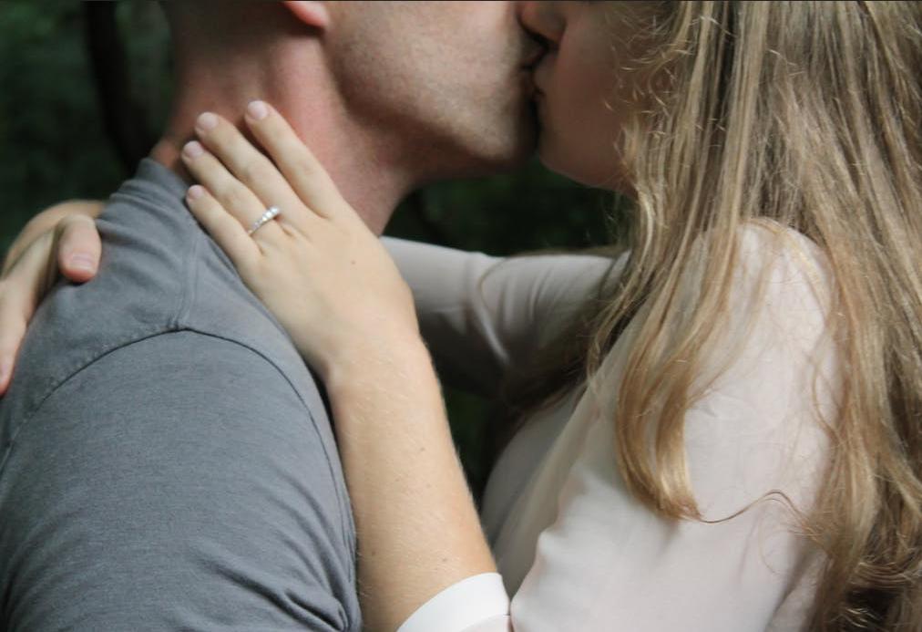 जोडीदार चुंबन घेताना जीभ तोंडात घालत असेल तर त्याला French Kiss म्हणतात. यात जास्त उत्तेजना असते.