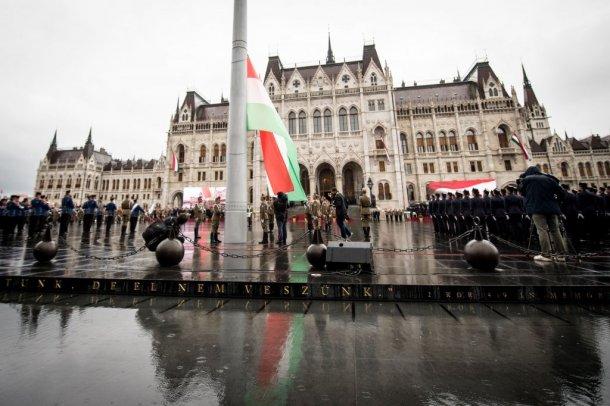 या निर्णयामुळे हंगरीमध्ये लोकसंख्या कमी होण्याचं प्रमाण संपेल. हंगरीचे पंतप्रधान युरोपियन युनियनच्या इतर देशांमधून आश्रय घेतलेल्या धोरणांच्या विरोधात आहे. त्यांनी निर्वासित समस्येचा विरोध केला आहे.