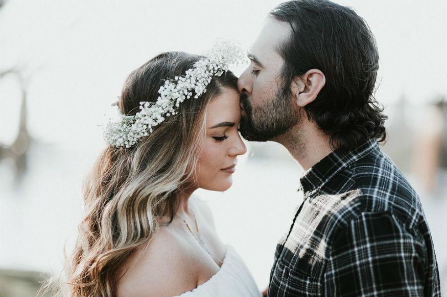 व्हॅलेंटाइन्स डेच्या निमित्तानं प्रेमाचा उत्सव सुरू आहे. प्रेमात KISSला खूप महत्त्व असतं. प्रत्येक KISSमागे काही तरी संकेत असतो.