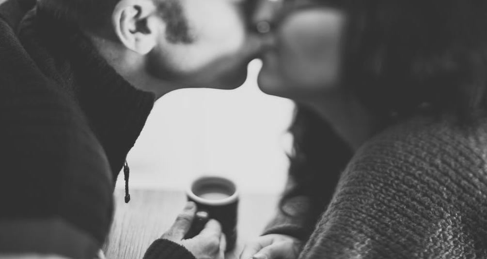 साथीदार तुमच्या शरीराच्या भागांवर KISS करत असेल, तर त्याला बिग टीस किस म्हणतात.