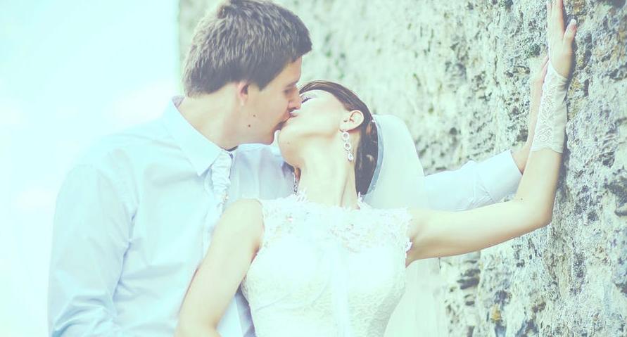 KISS करताना अचानक जोडीदारानं कानावर KISS केला तर त्याला Earlobe Kiss म्हणतात.याचा अर्थ तो जास्त रोमँटिक आहे.