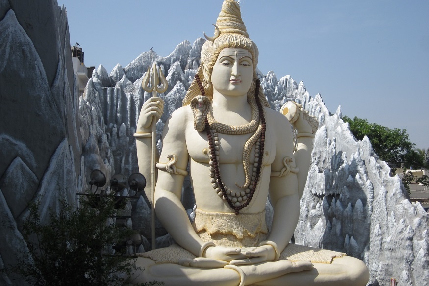 भगवान शंकराची पुजा केल्यास मन पसंत जोडीदार भेटतो. त्यामुळे मुली सोमवारचा उपवास धरतात. देवी पार्वतीला प्रेमाची देवता मानतात. त्यामुळे पार्वतीला देखील अनेक जण पुजतात.