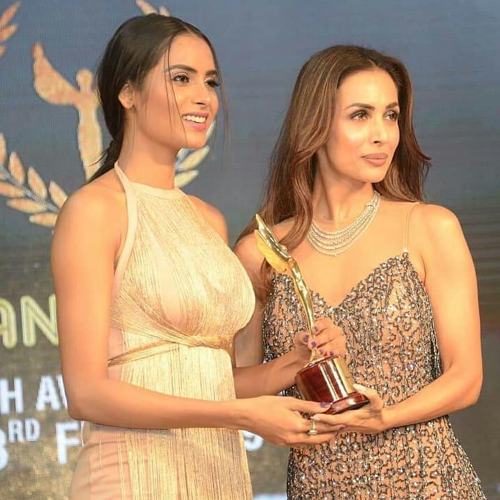 सूरतमध्ये झालेल्या Indian Achiever's Award Night 2019 दरम्यान दिग्दर्शक पियूष जयस्वाल यांनी मलायका अरोराचा Indian Achiever's Award पुरस्काराने सन्मान केला.