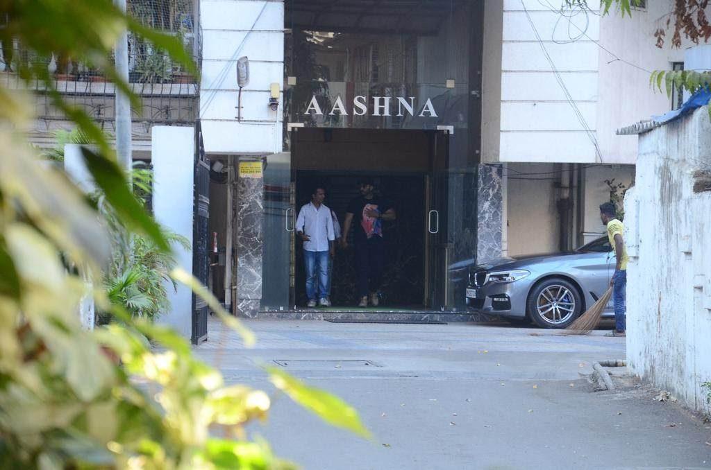 गेल्या अनेक दिवसांपासून सोशल मीडियामध्ये दोघेही चर्चेत आले आले आहेत. मलायका आणि अर्जून रिलेशनमध्ये असल्याचंसुद्धा म्हटलं जात आहे. कधी एअरपोर्टवर एकत्र दिसणारे मलायका-अर्जून एका हाॅटेलमध्ये गेले होते.
