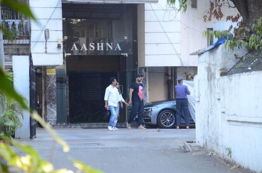 बॉलिवूडचा अभिनेता अर्जुन कपूर आणि मलायका अरोरा पुन्हा एकदा एकत्र कॅमेऱ्यात कैद झाले आहे. यावेळी दोघेही चक्क हातात घेऊन फिरत होते.
