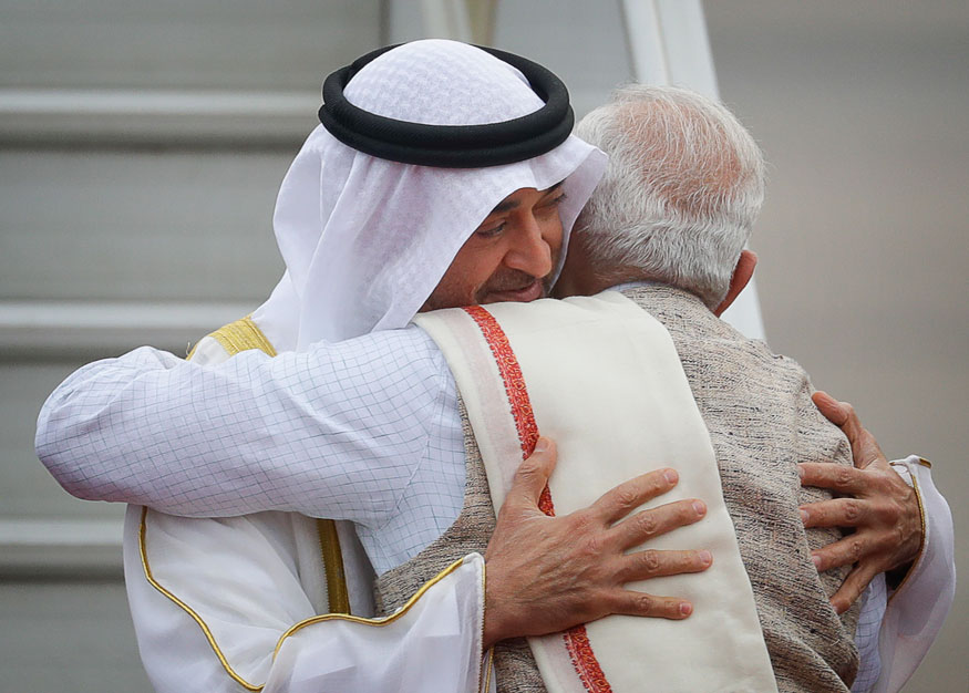 अबू धाबी के क्राउन प्रिंस शेख मोहम्मद बिन जायेद अल नहयान यांचं दिल्लीतल्या हायदरबाद हाऊस इथं स्वागत करताना पंतप्रधान नरेंद्र मोदी