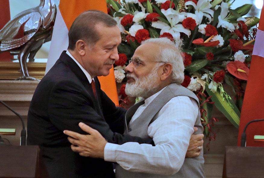 भारत भेटीवर आलेले तुर्कीचे राष्ट्रपती रेचेप तैयप एर्दोआन यांचं स्वागत करताना पंतप्रधान नरेंद्र मोदी.