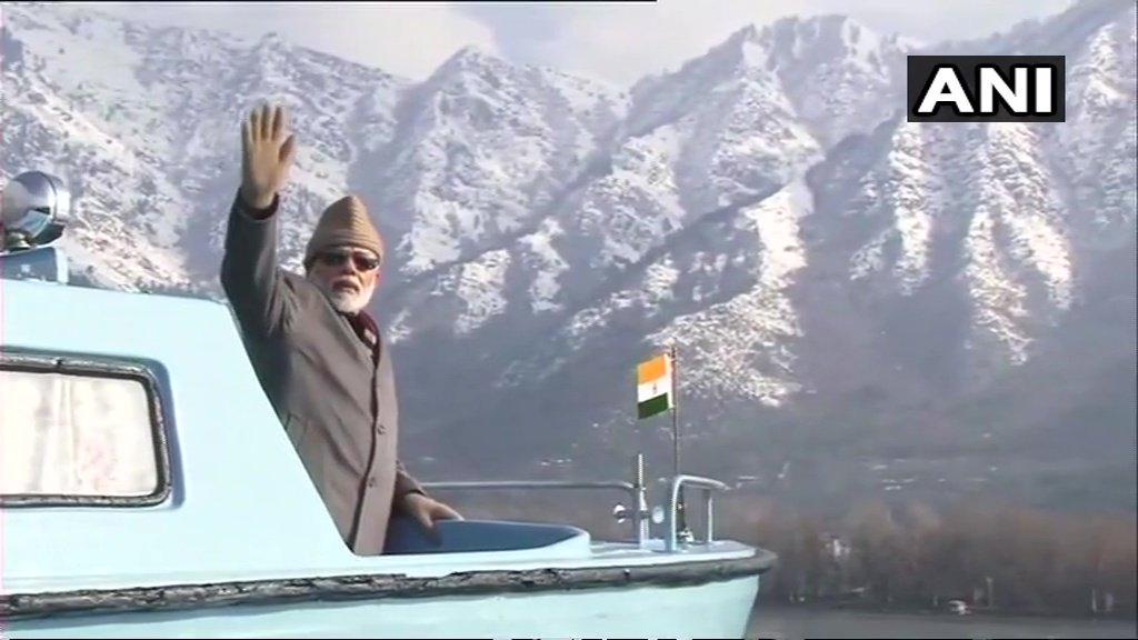 श्रीनगरमध्ये पंतप्रधनांनी जगप्रसिद्ध दल लेक ला भेट देऊन बोटीतून फेरफटकाही मारला. श्रीनगरमध्ये सध्या कडाक्याची थंडी असून तापमान शुन्याच्याही खाली आहे. अशा वातावरणात त्यांनी दल लेकची सफर केली.