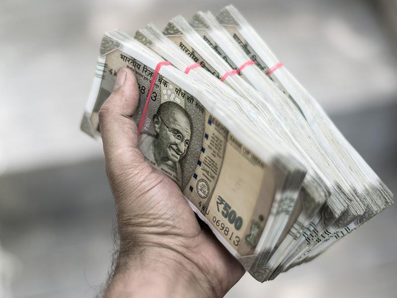 वेळोवेळी फंड्समधून पैसे काढत राहा. एखाद्या फंडात तुम्ही 1 लाख रुपये गुंतवले तर पाय वर्षांनी ही रक्कम 1.20 लाख होऊ शकते. स्टाॅक मार्केट पडलं तर नुकसान होतं. म्हणून नेहमी व्ह्यॅल्यू कळली की पैसे काढून घ्यावेत.