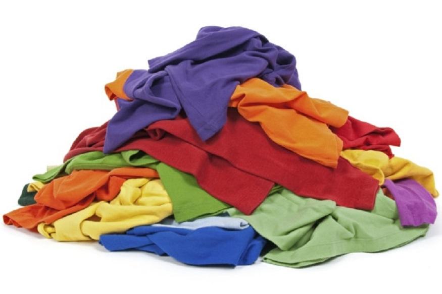 ज्यांच्याकडे भरपूर जुने कपडे आहेत त्यांच्यासाठी खूशखबर. तुम्ही त्यावर पैसे कमावू शकता. हल्ली जुने कपडे वापरून कंटाळा येतो. मग लगेच नवे खरेदी केले जातात. अशा वेळी जुन्या कपड्यांचा व्यवसाय करता येतो.
