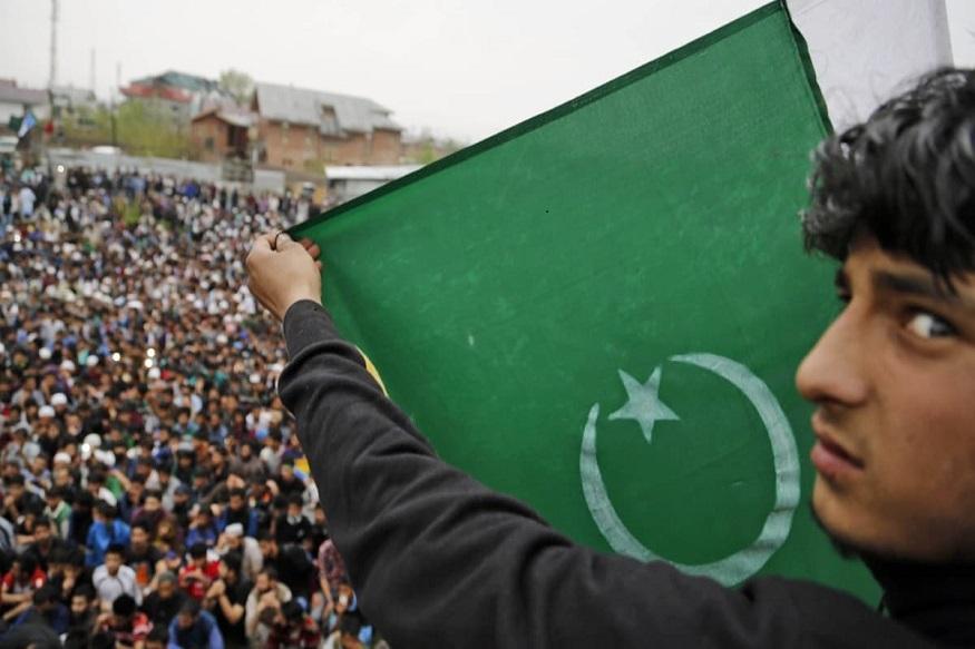 पुलवामा हल्ल्यानंतर भारतानं पाकिस्तानच्या नाड्या आवळायला सुरूवात केली आहे. भारतानं पाकिस्तानचा मोस्ट फेवर्ड नेशनचा दर्जा काढून घेतला आहे. शिवाय पाकिस्तानी वस्तुंवर 200 टक्के आयात शुल्क देखील लावलं आहे. त्याचे परिणाम आता हळूहळू दिसू लागले आहे.