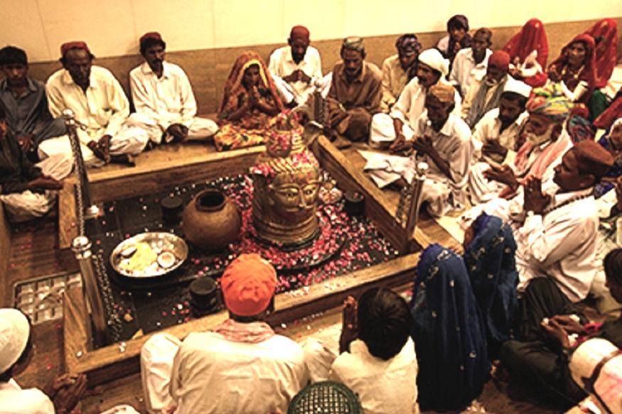 या गावातल्या एका मुस्लीम व्यक्तीनं सांगितलं की हिंदू देवळात पूजा करतात, तेव्हा नमाजचा लाऊडस्पीकर कमी आवाजात असतो. तररमजानमध्ये कोणी खुलेआम जेवणावळी घालत नाहीत. नमाजच्या वेळी मंदिरातल्या घंटा वाजवल्या जात नाहीत. गावात सगळे जण होळी खेळतात.