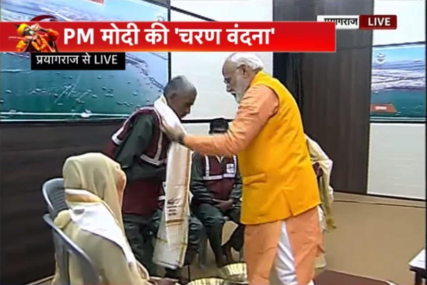 पंतप्रधान नरेंद्र मोदींनी कुंभ मेळ्यामध्ये सफाई कर्मचाऱ्यांचे पाय धुतले. यावेळी NEWS18शी बोलताना सफाई कर्मचारी खूप भावूक झाल्याचे पाहायाला मिळाले.