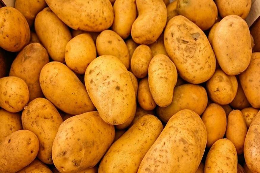 दर दुसरीकडे बटाट्याचे दर देखील वाढले आहेत. 10 ते 12 रूपये किलो दरानं मिळणारा बटाटा आता पाकिस्तानमध्ये 35 रूपये किलोनं विकले जात आहेत. आझादपूरमधून पाकिस्तानला भाजी पुरवठा केला जातो. तेथील व्यापाऱ्यांनी ही माहिती दिली आहे.