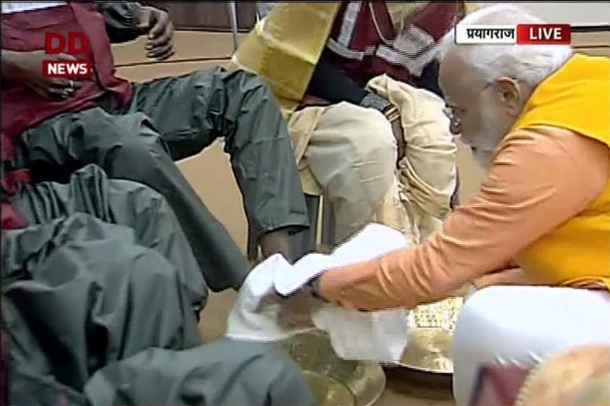सफाई कर्मचाऱ्यांचे पाय धुतल्यानंतर मोदींनी त्यांना वंदन देखील केलं. सफाई कर्मचाऱ्यांनी कुंभ मेळ्यामध्ये महत्त्वाचं योगदान दिलं आहे.